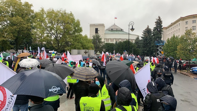 """""""Albo my, albo zwierzęta"""" - rolnicy protestują pod Sejmem i Senatem"""