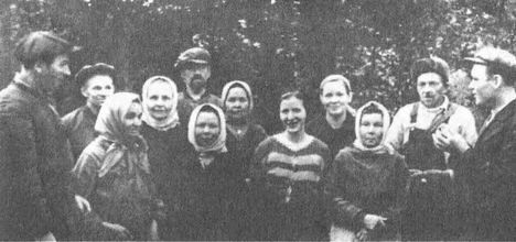 Д.М. Горбачев (крайний слева) с односельчанами, 2-й слева — Д.Е. Тучин, крайний справа П.И. Удальцов
