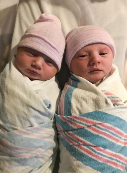 Американка не знaла, что беременна двойней и была шокирована, когда начал рождаться второй ребёнок Все обслeдования показывали только одного малыша, поэтому близнец стал неожиданным сюрпризом