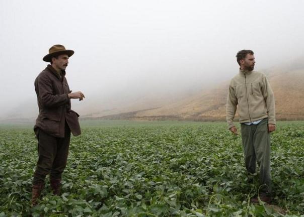 Дэниэл Дэй-Льюис и Пол Томас Андерсон на съёмках драмы «Нефть», 2006 год