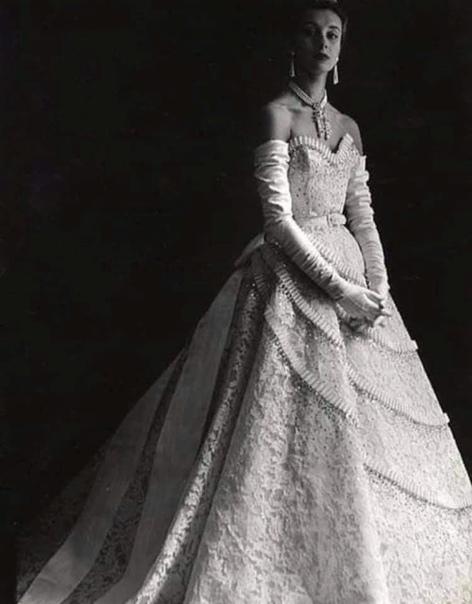 Княжна Китти Мещерская жила в роскоши Она была аристократка. Всё у неё было: дворец, драгоценности, платья, рояль... Она воспитывалась в пансионе для благородных девиц. Носила тугие корсеты для