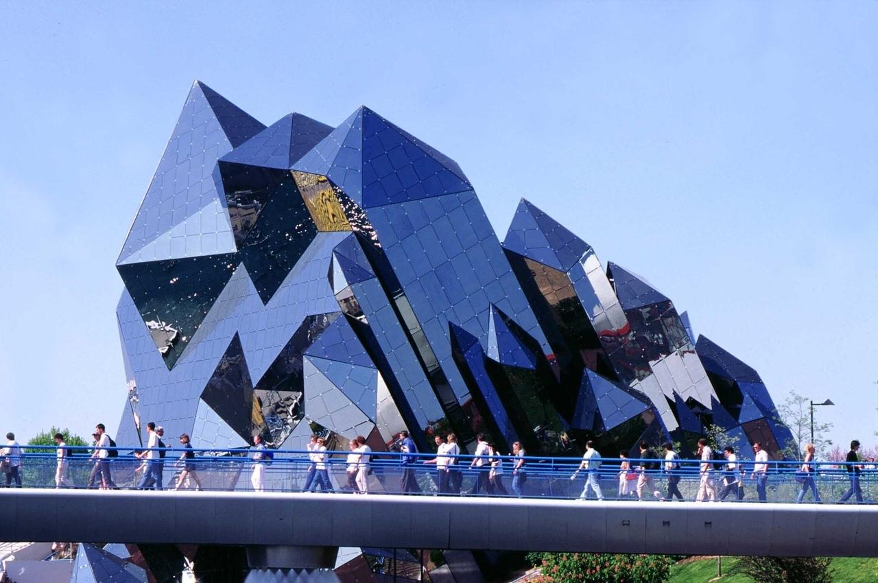 Parc du Futuroscope - это французский тематический парк, основанный на мультимедийных, кинематографических футуроскопах и аудиовизуальных техниках.