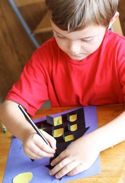 НОЧНОЙ ЗАМОК Постройте замок и населите его своими любимыми обитателями!Распечатайте шаблон или придумайте и нарисуйте свой дом. Переведите его на плотную черную бумагу и вырежьте, подложив