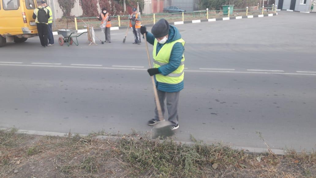В Таганроге подрядными организациями проводятся работы по уборке городской территории.