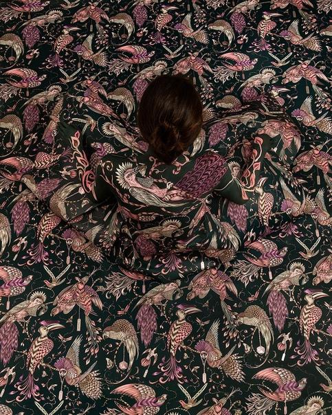 Перуанская художница и фотограф Сесилия Паредес использует драпировки и боди-арт, чтобы «раствориться» в своих фотографиях
