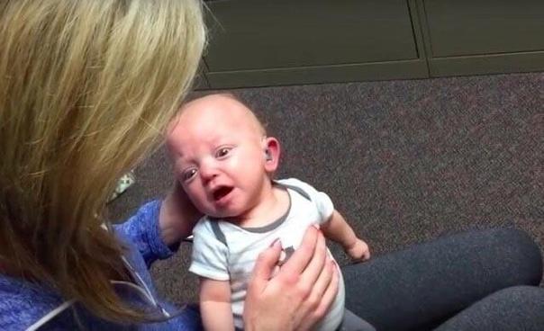 У одной счастливой женщины родился ребёнок, который имел проблемы со слухом Спустя время ему создали специальный слуховой аппарат.На фотографиях запечатлен тот момент, когда он впервые в жизни