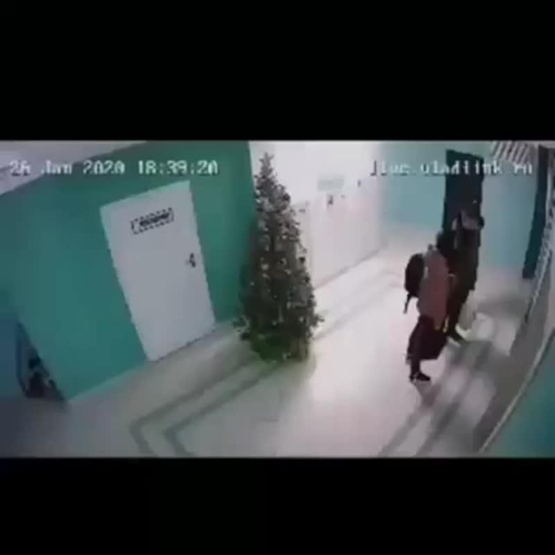 Мужик на глазах у ребенка напал на соседку и ее собак