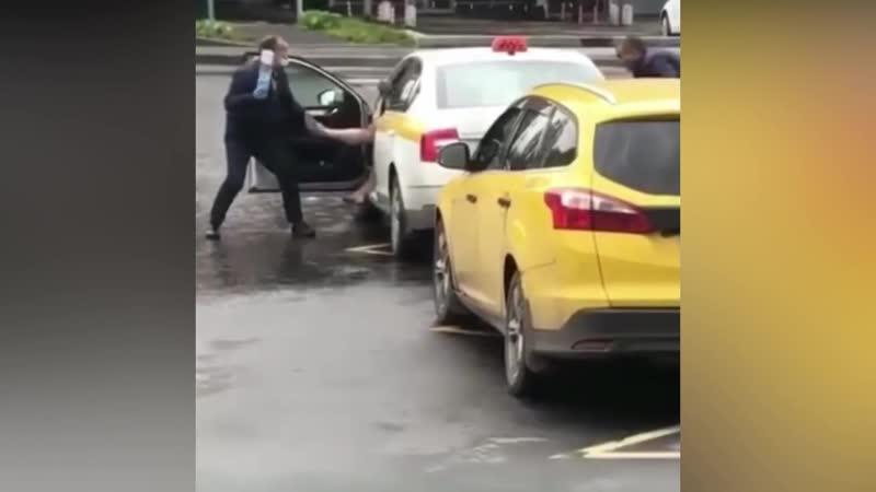 В Москве мужик лег на рельсы облил краской рабочего и окунулся в цистерну
