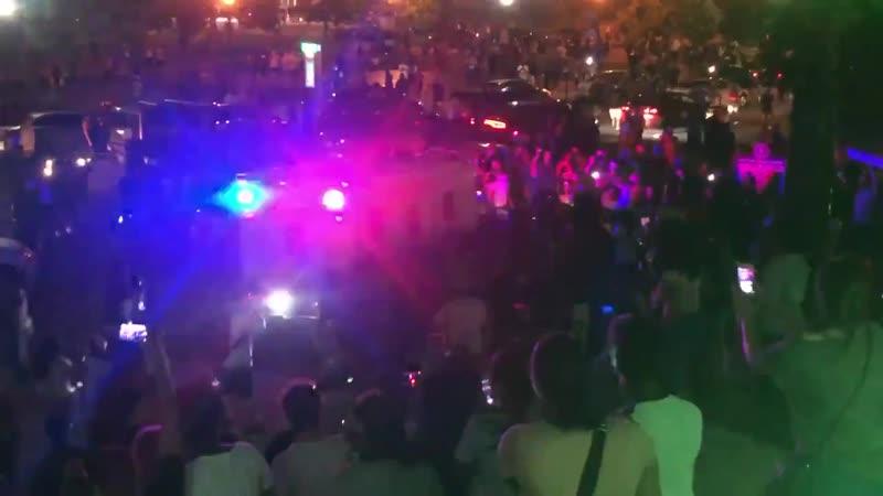Толпа раскачивается в Луисвилле 29 мая 2020