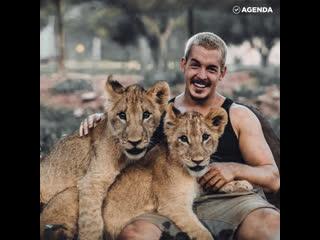 Парень спасает диких животных