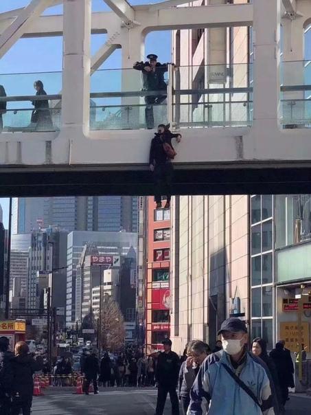 В Японии в первый же рабочий день молодой человек покончил с собой, повесившись на шарфе Японцы поделились в социальных сетях своими переживаниями о том, что парень своим суицидом в общественном