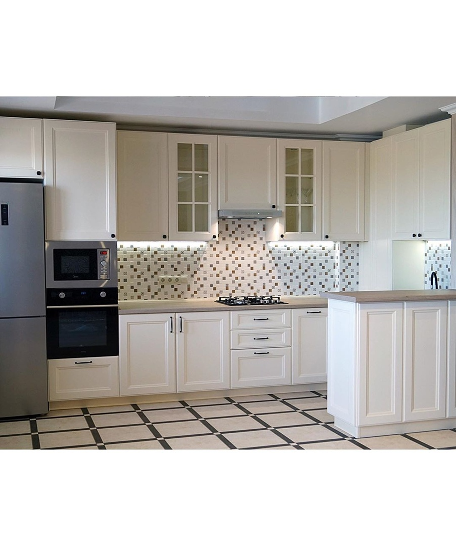 Вот такая кухня. Красивый белый гарнитур, неправда ли?