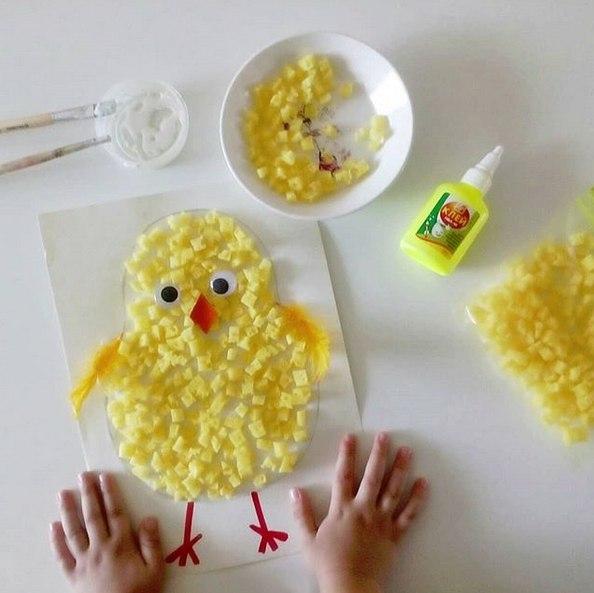 ПОДЕЛКИ НА ПАСХУ ДЛЯ ДЕТЕЙ Сделали вот такого пушистенького цыпленка, используя губку для посуды. Легкая и быстрая поделка, под силу любому ребенку. Необходимы: силуэт цыплёнка, нарисованный на