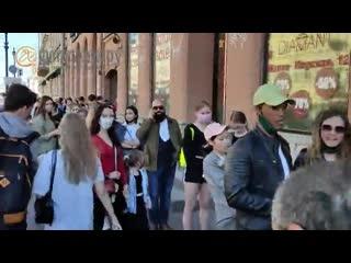 После открытия Zara на Невском собрались десятки горожан
