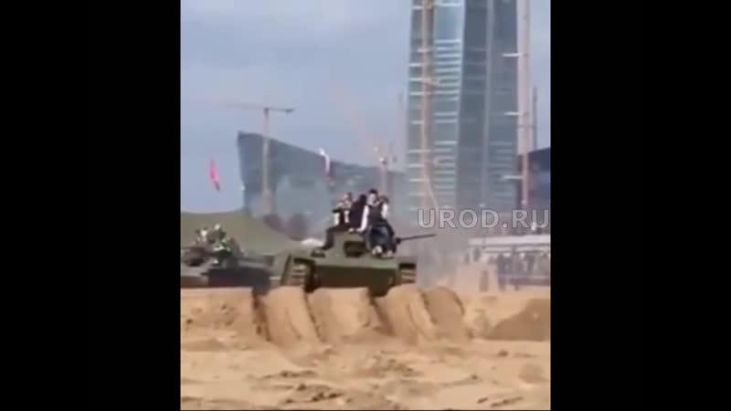 Дети упали под танк