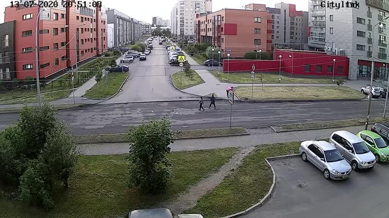Водитель при повороте налево пропускает пешехода