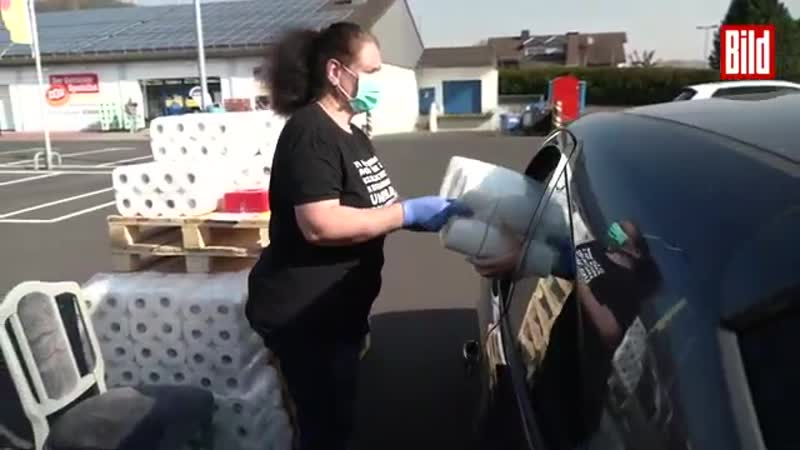 Hier gibt s einen Toiletten Papier Drive In Wegen Corona ganz ohne Kundenkontakt