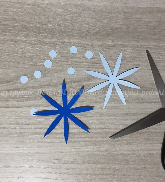 Зимние новогодние поделки аппликация «Зима на ладошках» Отвороты на рукавичках - из ватных дисков, пушистость снежинке придала с помощью