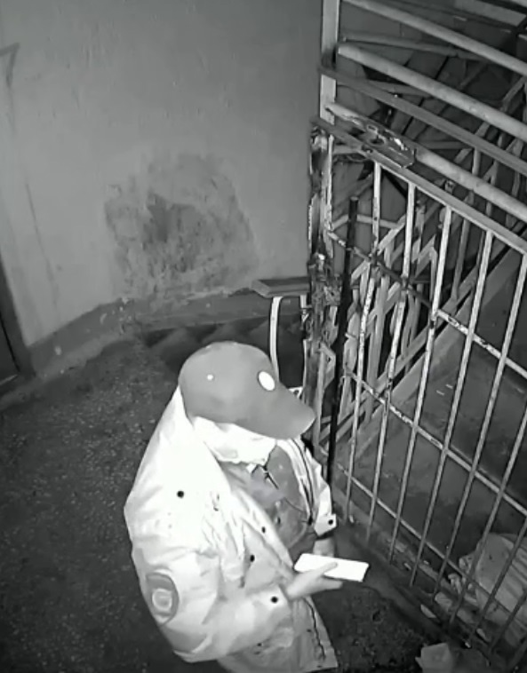 Тем временем в России: красноярский полицейский справил нужду в подъезде дома