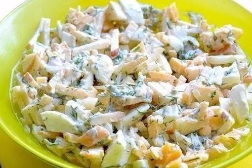 Диетический салат с яблоком и сыром