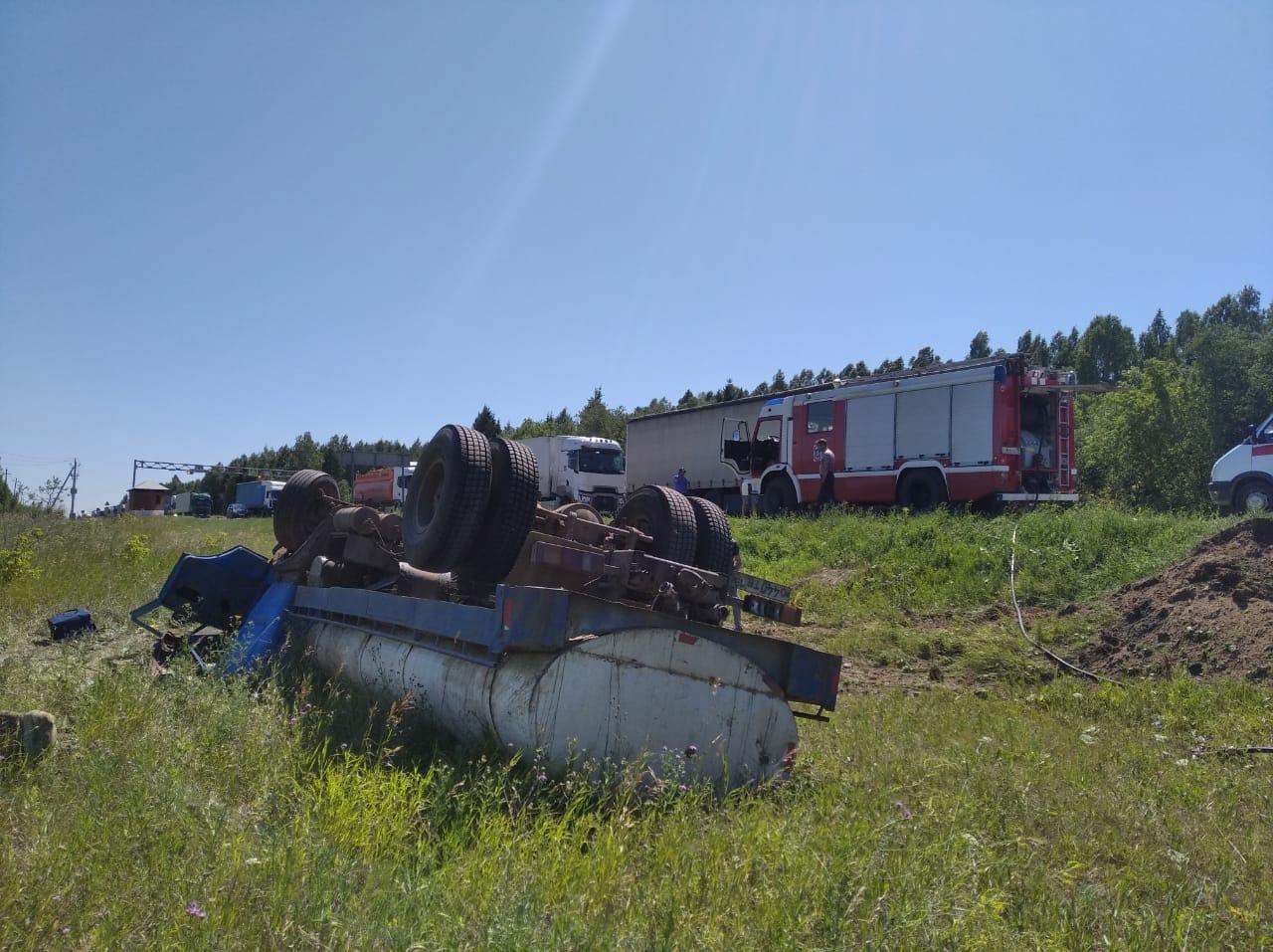 Две легковушки, грузовик и молоковоз столкнулись в