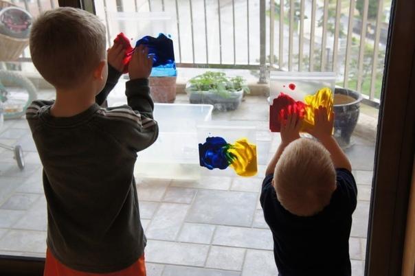 КРАСКИ В ПАКЕТЕ Такой способ рисования отлично подойдет для родителей, у которых нет времени или желания отмывать квартиру и ребенка после творческого процесса.Понадобятся:- плоский прозрачный