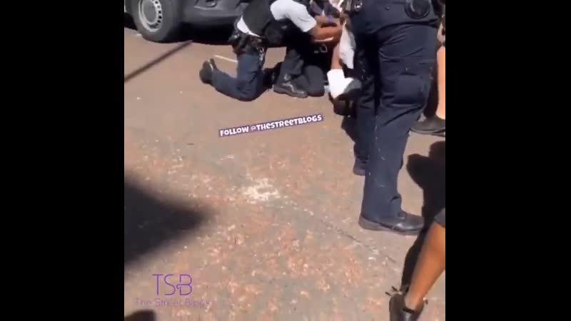 Man Fights Police Officers bevor sie auf den Boden gebracht werden Peckham London UK
