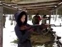 стрельбы. девушка стреляет из автомата калашников. армия.
