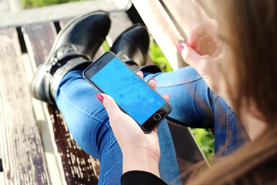 Ученые установили, что зависимость от смартфона похожа на наркотическую