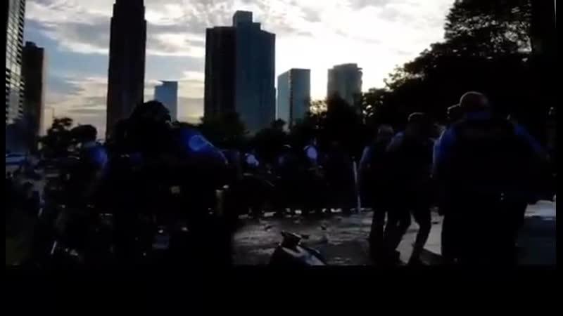 Позиционные бои полиции с леворадикалами вокруг статуи Христофора Колумба в Чикаго 1