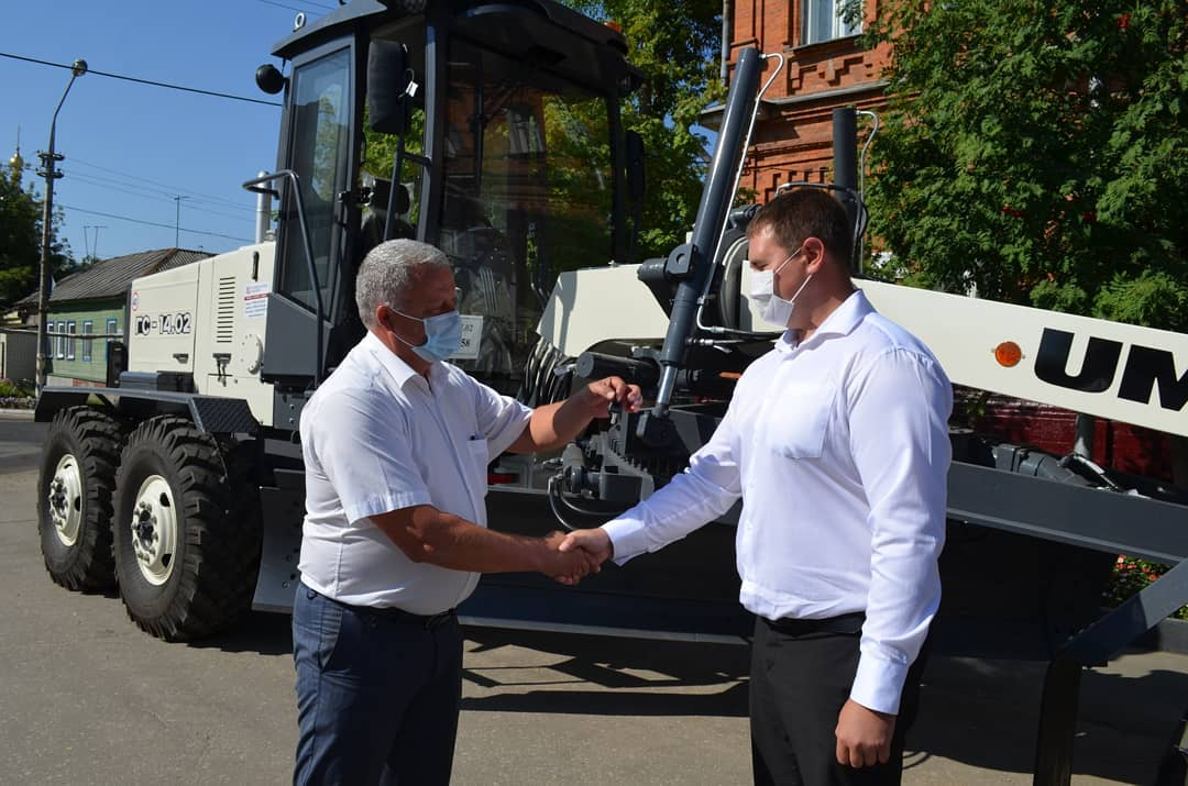 Руководителю городской коммунальной службы Петровска вручили ключи от нового грейдера