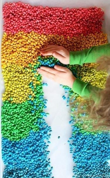 ЦВЕТНАЯ ФАСОЛЬ ДЛЯ СЕНСОРНЫХ КОРОБОК Положить стакан белой фасоли в чистую закрывающуюся посуду, пластиковый контейнер или в пакет «зиплок». Добавить несколько капель пищевого красителя и 0,5