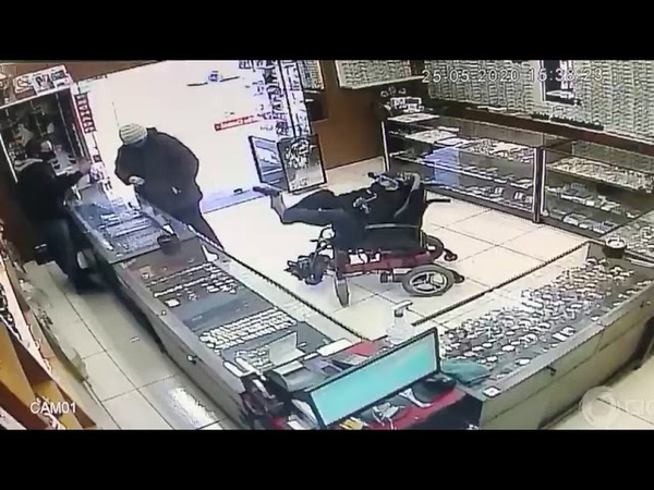 Em cidade do Rio Grande do Sul cadeirante mudo assalta joalheria apontando arma com o pé