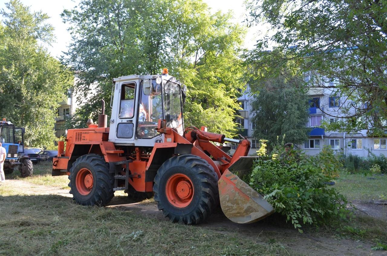 Коммунальное предприятие «Благоустройство» проводит работы по уборке и санитарной очистке микрорайона военного городка