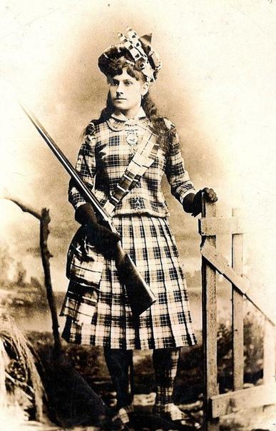 ЭННИ ОУКЛИ Родилась она в 1860 году, в штате Огайо, и была шестым ребёнком в семье. Когда Энни исполнилось шесть лет, папа её помер от пневмонии, и в семье наступила нищета. Детей не сожрёшь, а
